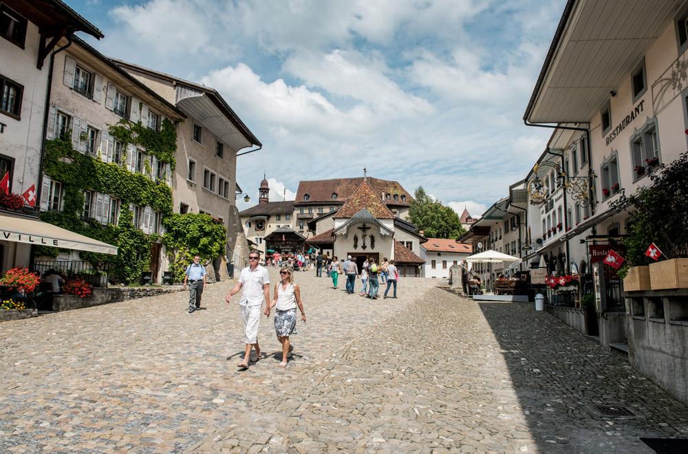 Fußgänger in der Mittelalterstadt Greyerz