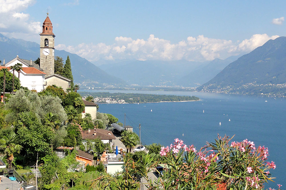 Blick nach Osten auf Ronco sopra Ascona, den Lago Maggiore und die Kirche San Martino