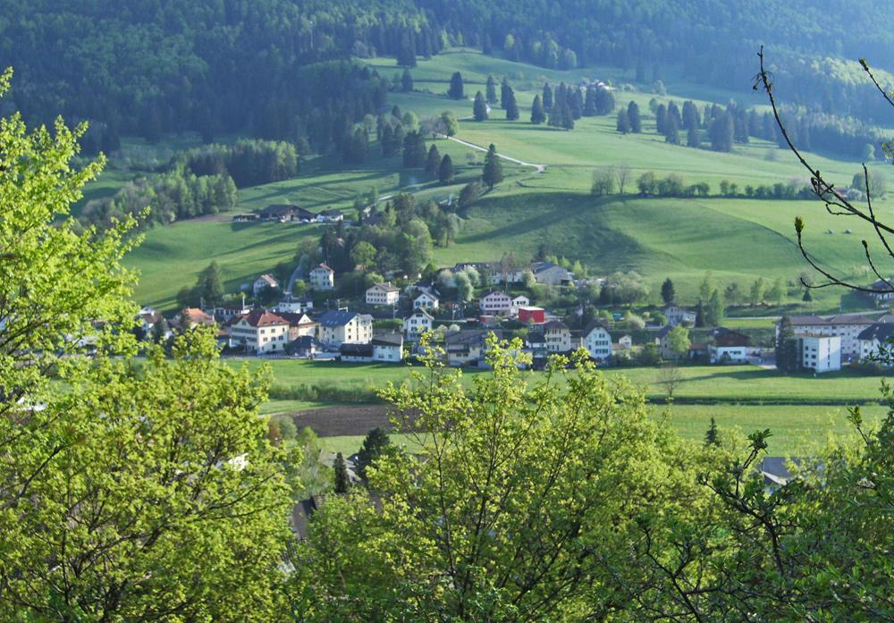 Blick auf Sonceboz-Sombeval im Berner Jura