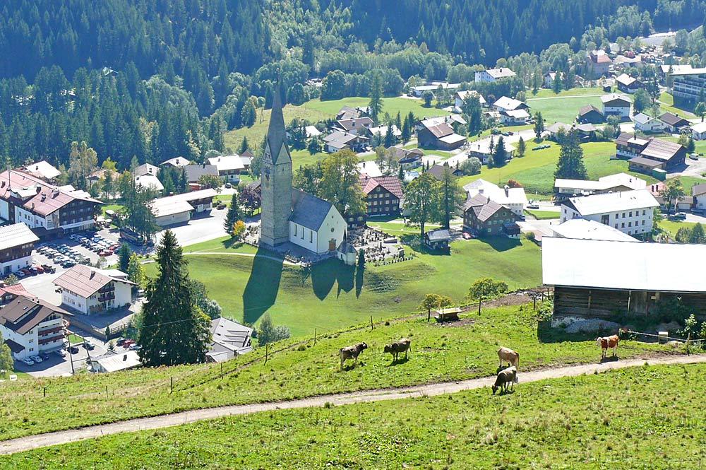 Blick aus dem Sessellift auf Mittelberg mit der Pfarrkirche St. Jodok