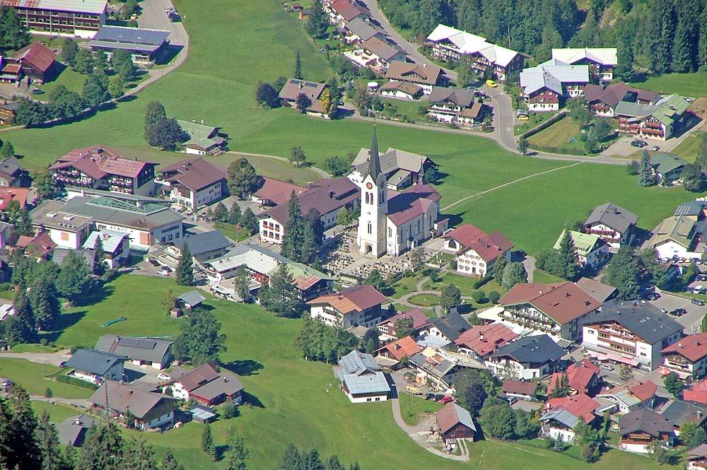 Blick von oben auf die Gemeinde Riezlern