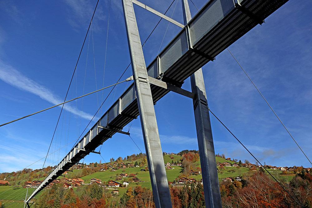 Blick von unten auf die Panoramabrücke von Sigriswil