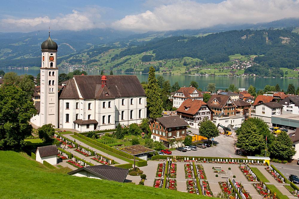 Blick auf die Pfarr- und Wallfahrtskirche St. Theodul in Sachseln