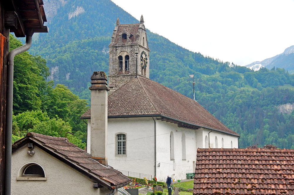 Blick auf die Kirche im Zentrum von Bönigen