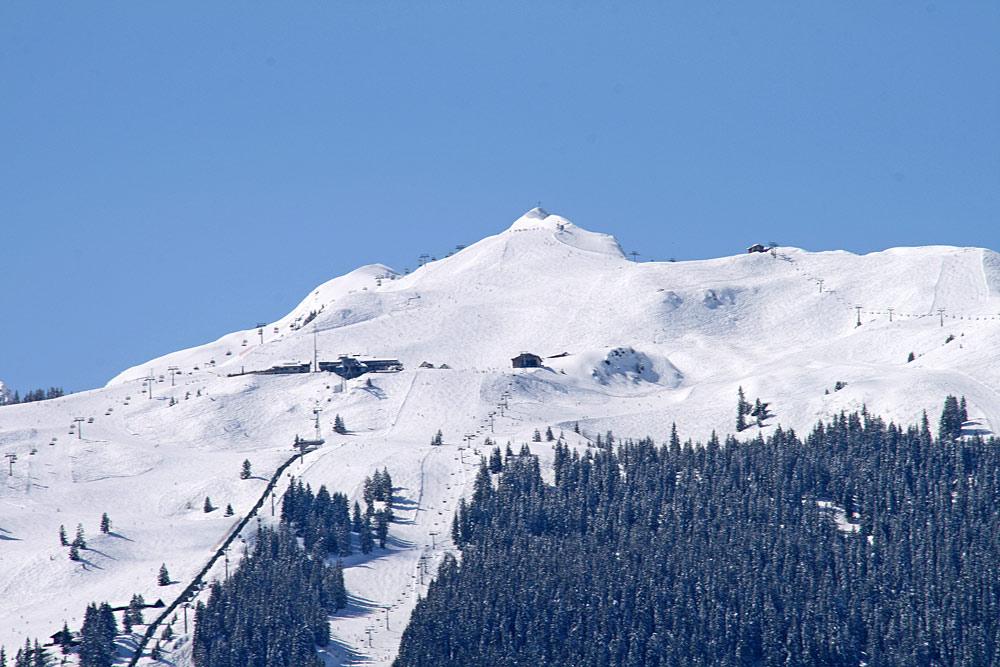 Blick auf Lifte und Pisten am Golmerjoch im Skigebiet Golm