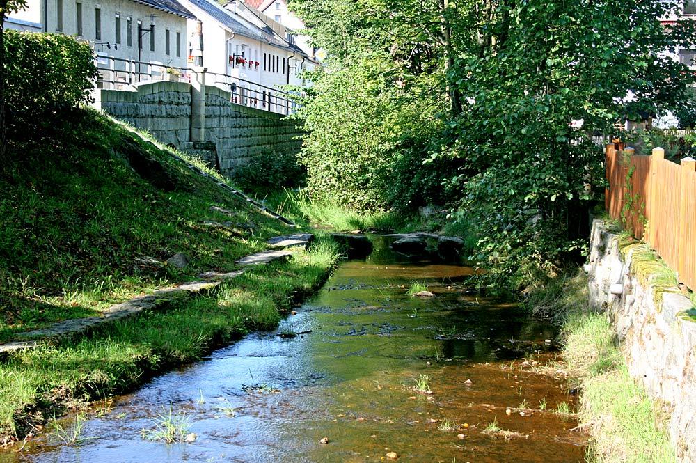 Steinlohbach in der Ortsmitte von Nagel