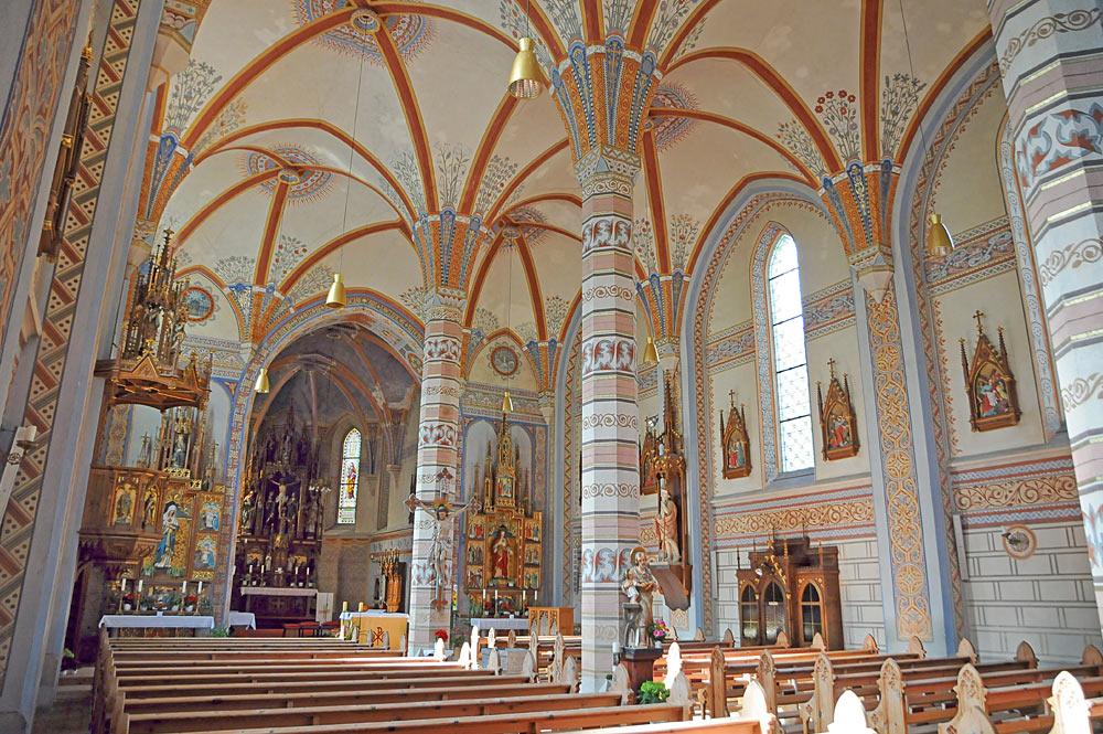 Blick ins reich verzierte Innere der Pfarrkirche St. Josef und Nikolaus in Silbertal