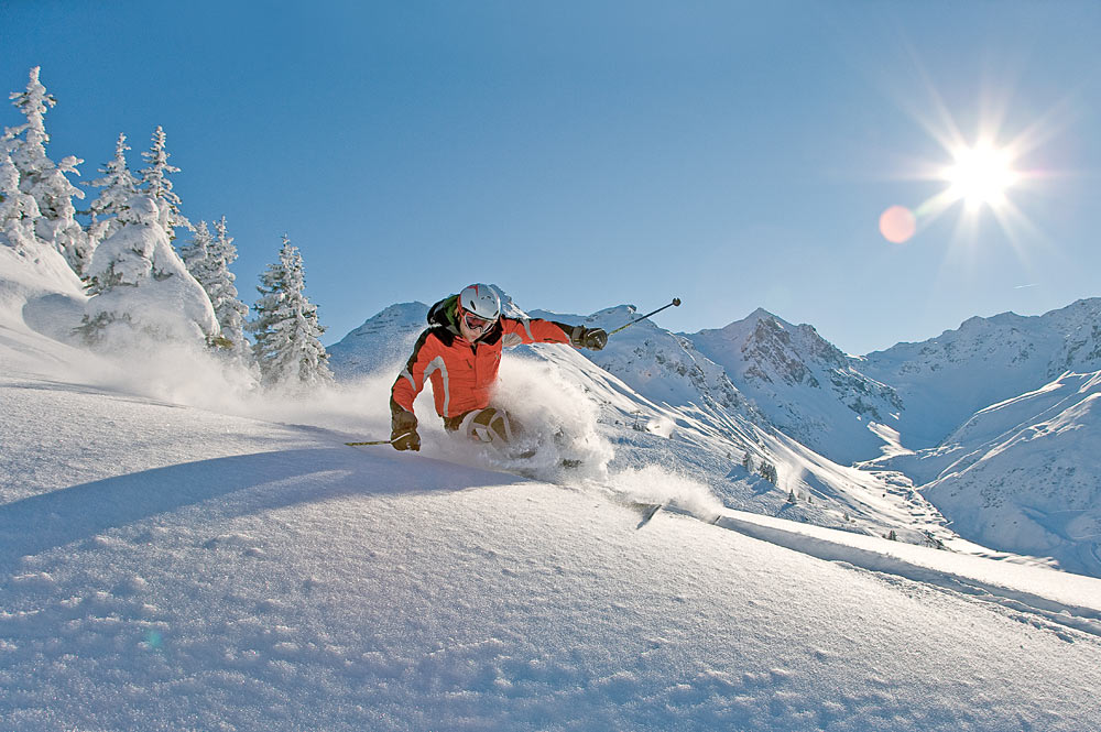 Skifahrer bei der Abfahrt in Silvretta Montafon