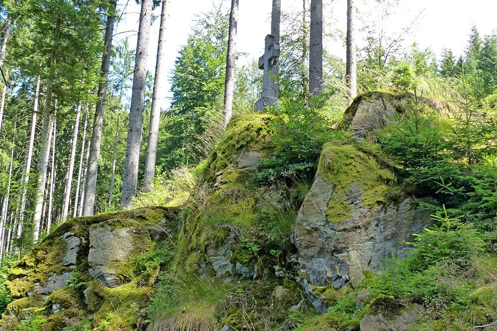 Blick auf das Gipfelkreuz auf dem Weißenstein bei Stammbach