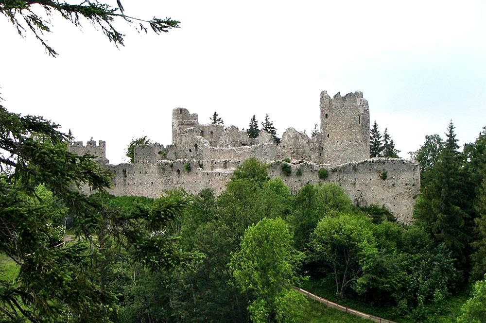 Blick auf die Burgruine Hohenfreyberg bei Eisenberg