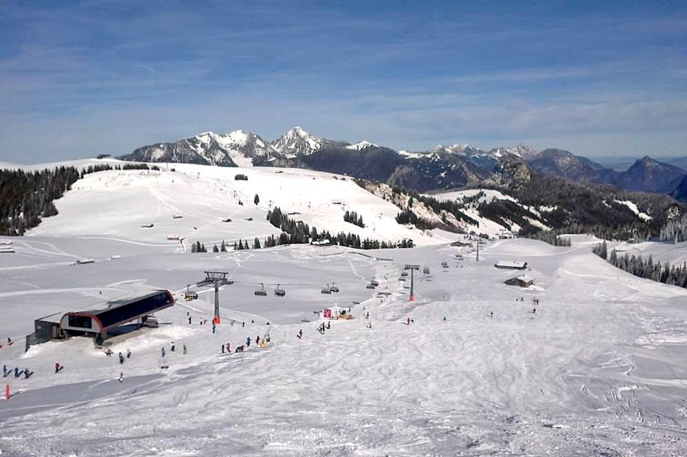 Wintersportler im Skigebiet Almenwelt Lofer