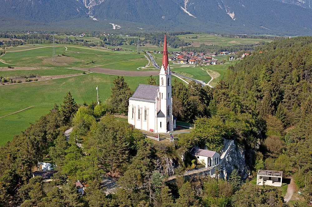 Luftaufnahme der Wallfahrtskirche Maria Locherboden in Mötz