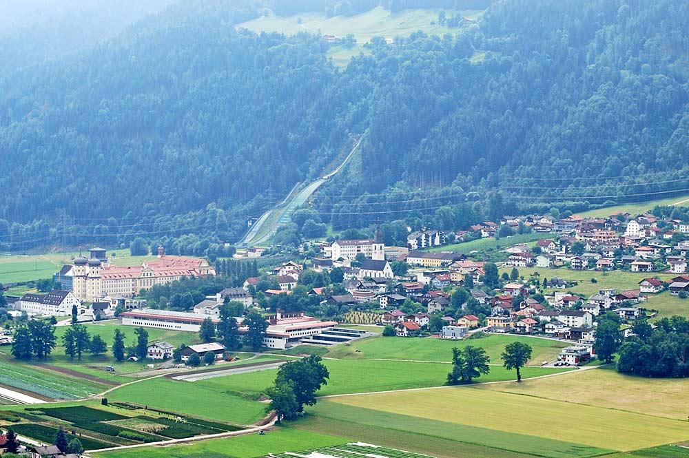 Blick von Nordwesten auf den Ort Stams