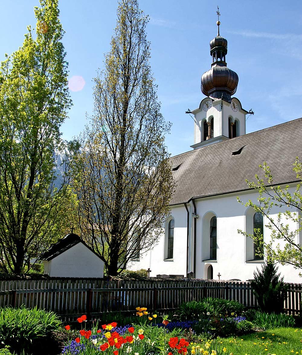 Außenansicht der Pfarrkirche St. Nikolaus in Oberhofen im Inntal