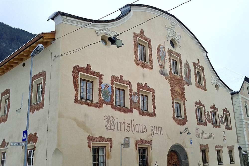 Fassade des Mellaunerhofs mit Lüftlmalereien in Pettnau
