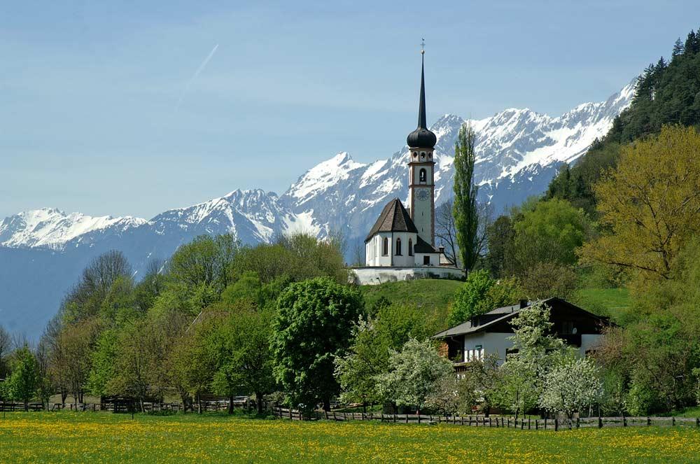 Blick auf die Pfarrkirche St. Georg in Pettnau-Leiblfing
