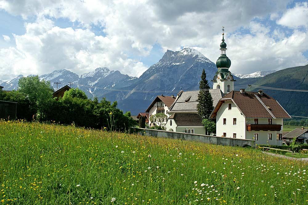 Blick auf die Kaplaneikirche St. Rochus in Polling