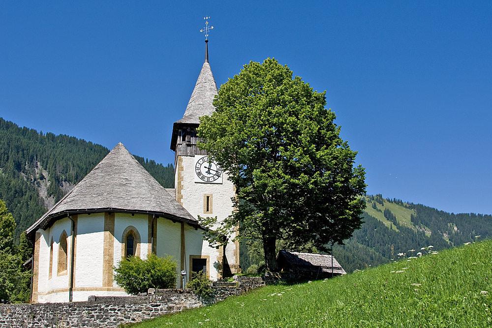 Außenansicht der reformierten Kirche in Lauenen