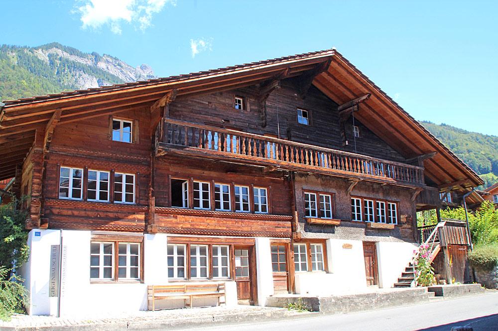 Außenansicht der Geigenbauschule in Brienz