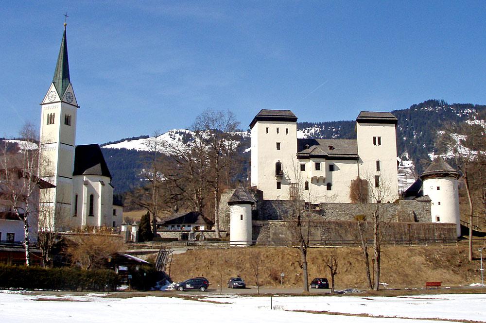 Blick auf die Goldegger Pfarrkirche St. Georg und Schloss Goldegg