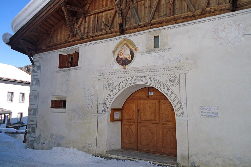 Außenansicht des Talmuseums Chasa retica in Samnaun