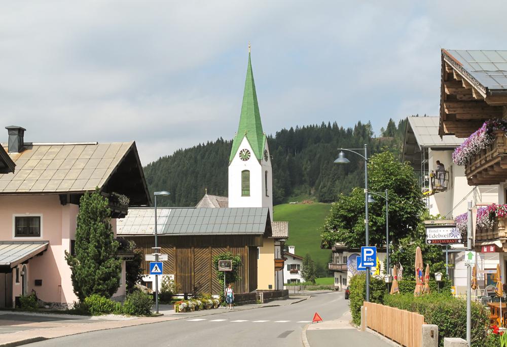 Blick auf die Pfarrkirche von Hochfilzen