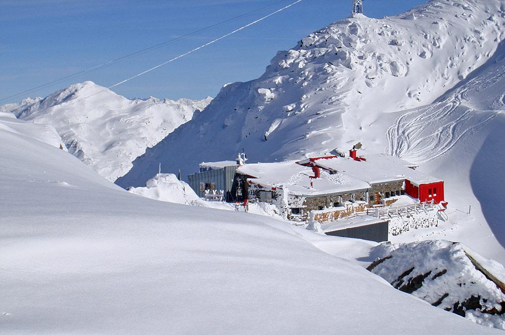 Blick auf die Glungezerhütte im Winter