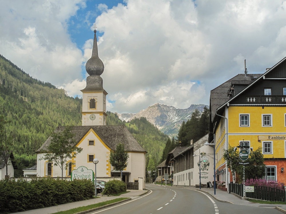 Kirche und Straße in Tweng