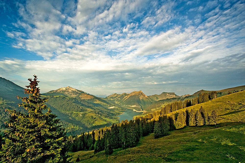 Berge und Seen im Naturpark Gruyère-Pays d'Enhaut