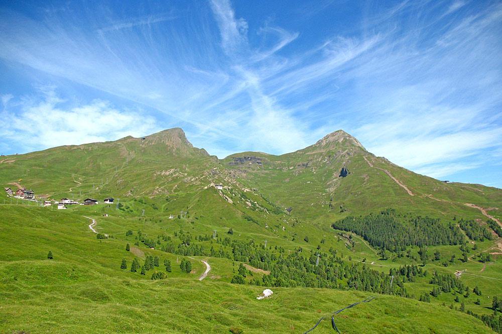 Blick aus der Wengernalpbahn auf Lauberhorn, Kleine Scheidegg und Tschuggen