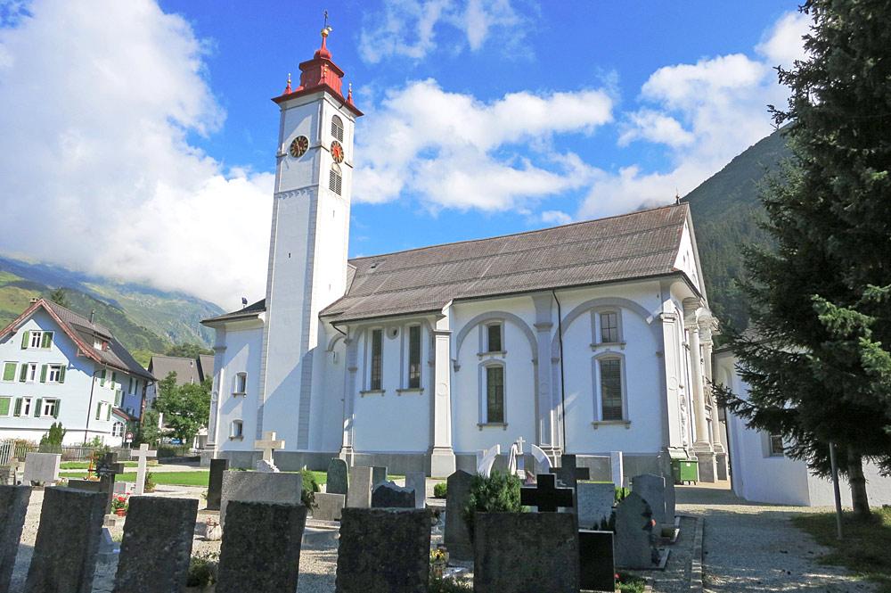 Blick auf den Friedhof und die Pfarrkirche St. Peter und Paul in Andermatt