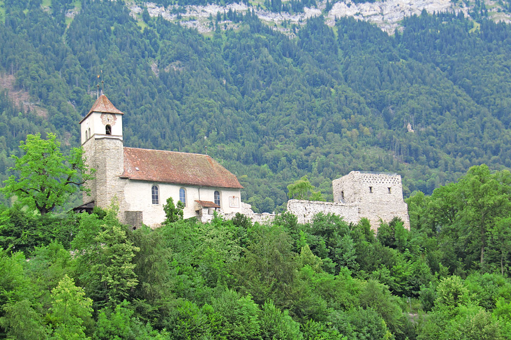 Blick auf die Kirche und die Burgruine von Ringgenberg