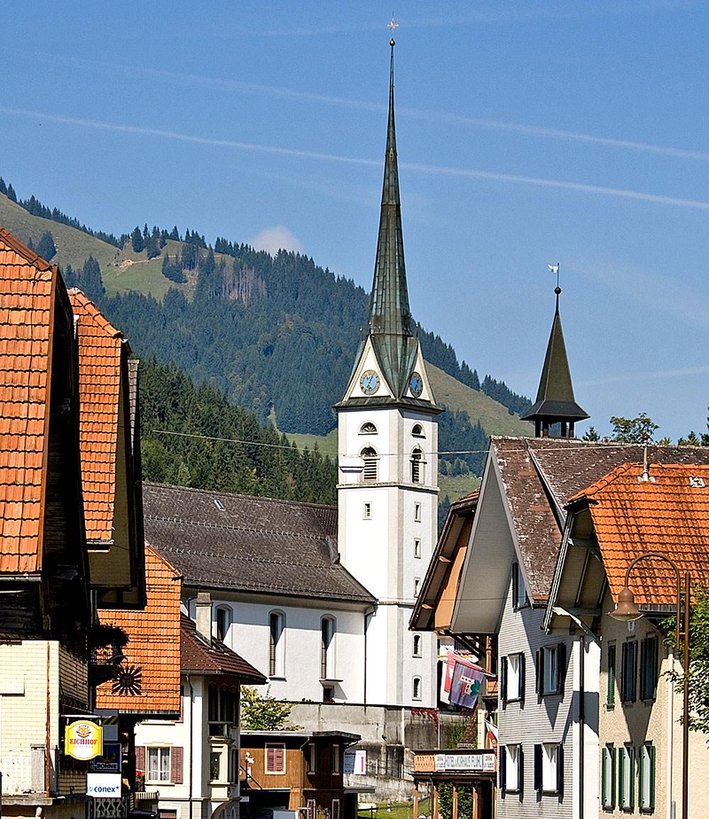 Blick auf die katholische Kirche St. Josef in Flühli