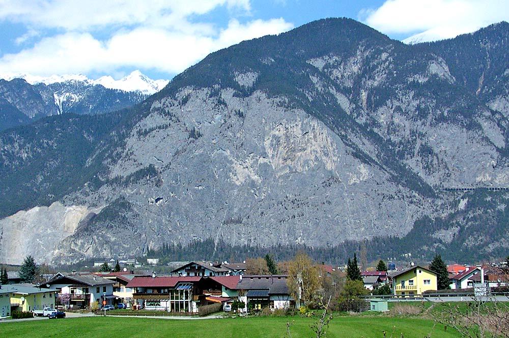 Blick auf die Gemeinde Kematen in Tirol mit der Martinswand im Hintergrund