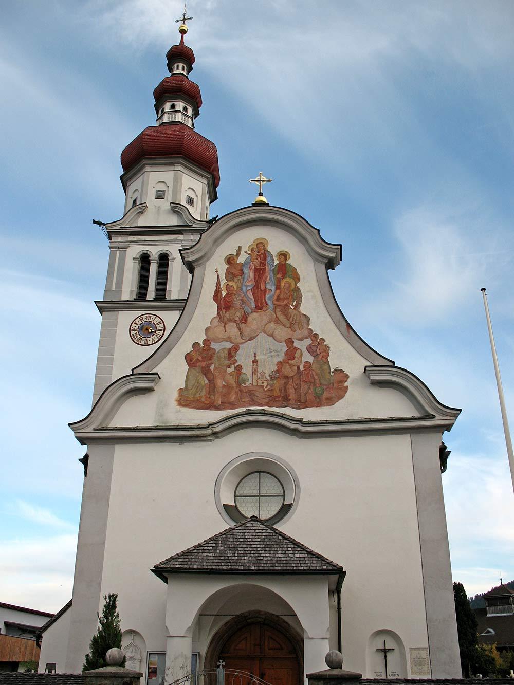 Außenansicht der katholischen Pfarrkirche St. Viktor und Maria Magdalena in Kematen in Tirol