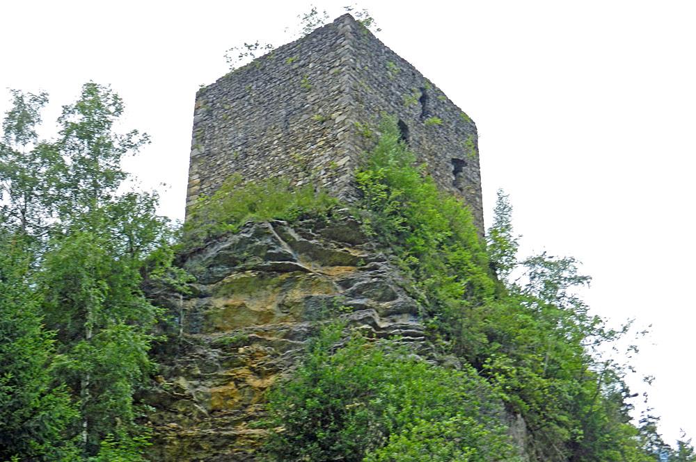 Blick von unten auf die Ruine der Felsenburg in Kandergrund
