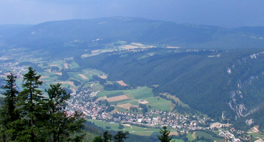 Luftaufnahme von Court im Berner Jura