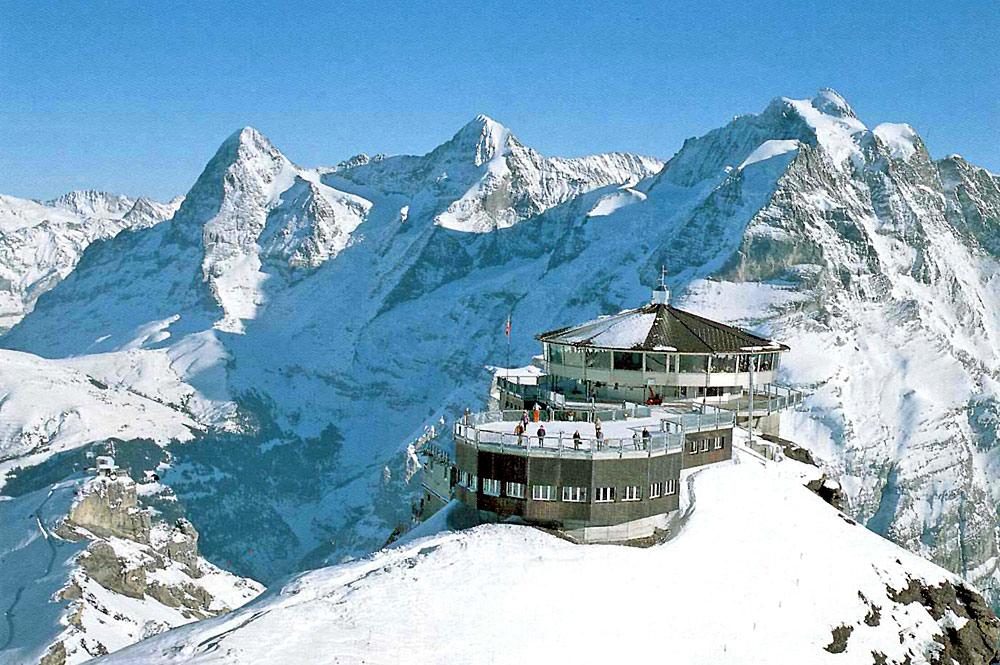 Blick auf die Bergstation am Schilthorn mit dem Piz-Gloria Drehrestaurant