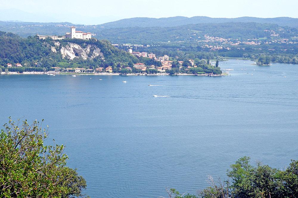 Blick über den Lago Maggiore nach Angera und den Rocca di Angera