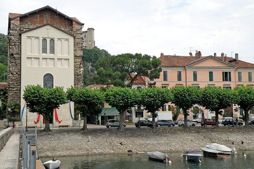 Blick auf die Wallfahrtskirche Madonna della Riva an der Uferpromenade von Angera