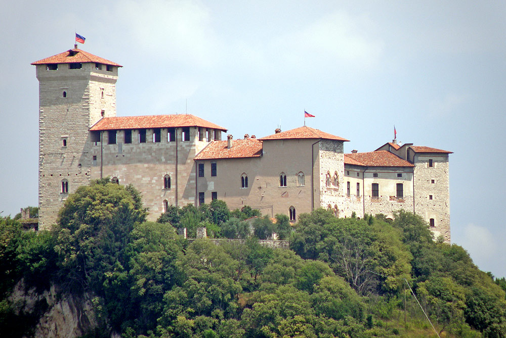 Blick auf die Festung Rocca di Angera