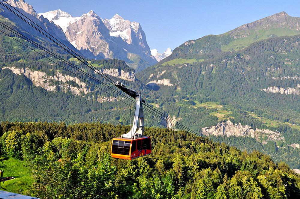 Gondel der Bergbahn Meiringen-Hasliberg bei der Fahrt durch die Berge