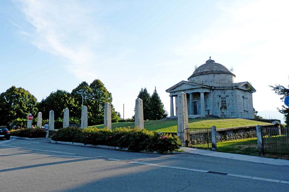 Der Kleine Tempel mit dem Mausoleum der Gräfin Antoniella Castelbarco Albani