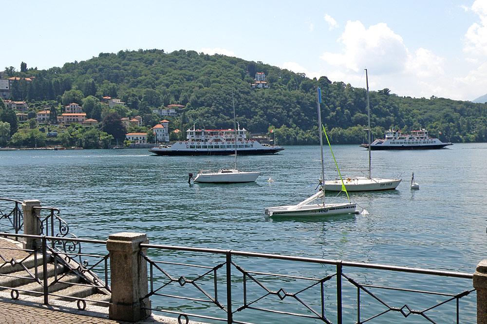 Fährschiffe vor dem Hafen von Laveno-Mombello