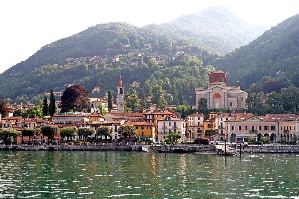 Blick auf die Uferpromenade von Laveno-Mombello am Lago Maggiore