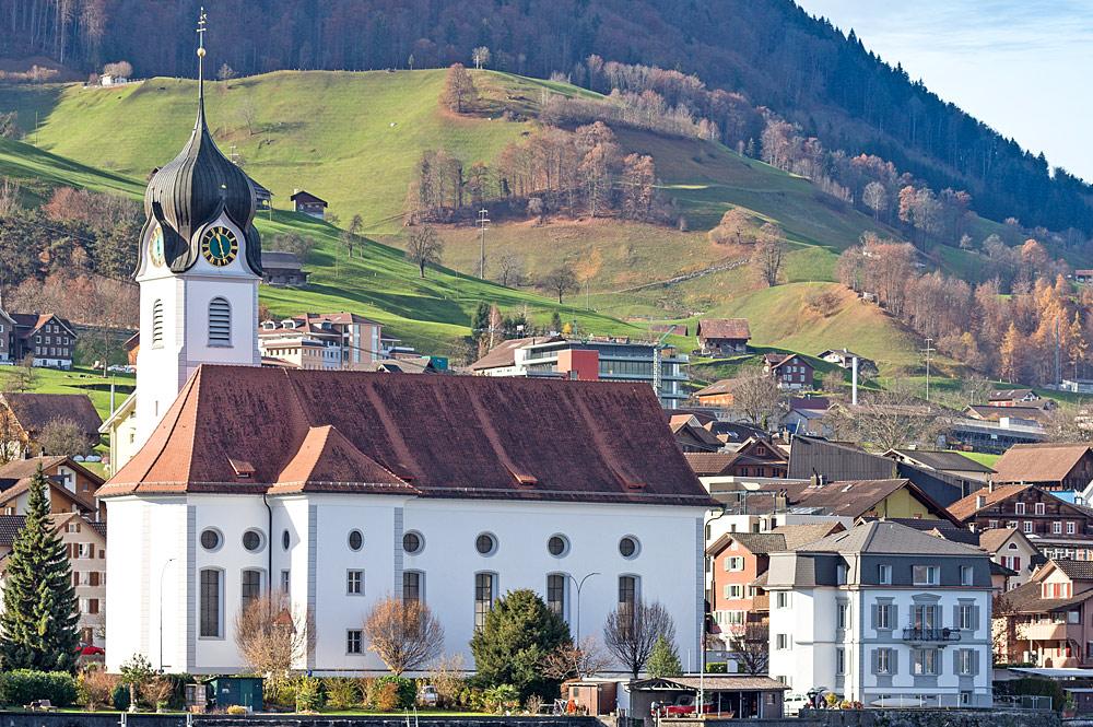 Blick vom Vierwaldstättersee auf die Pfarrkirche St. Heinrich in Beckenried