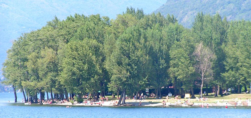 Badestrand von Maccagno am Ufer des Lago Maggiore