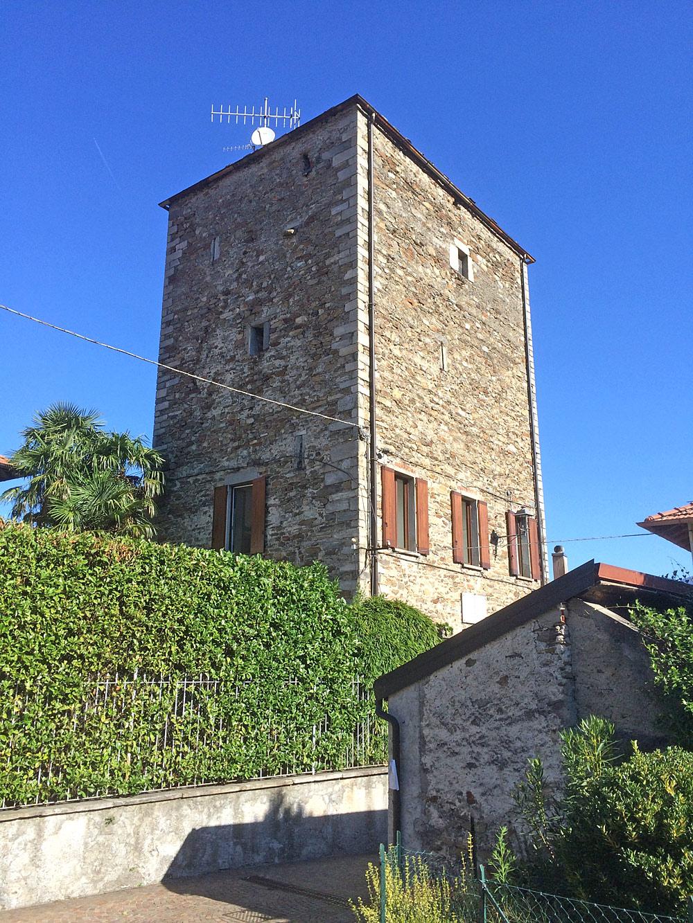 Blick auf den mittelalterlichen Turm von Pino