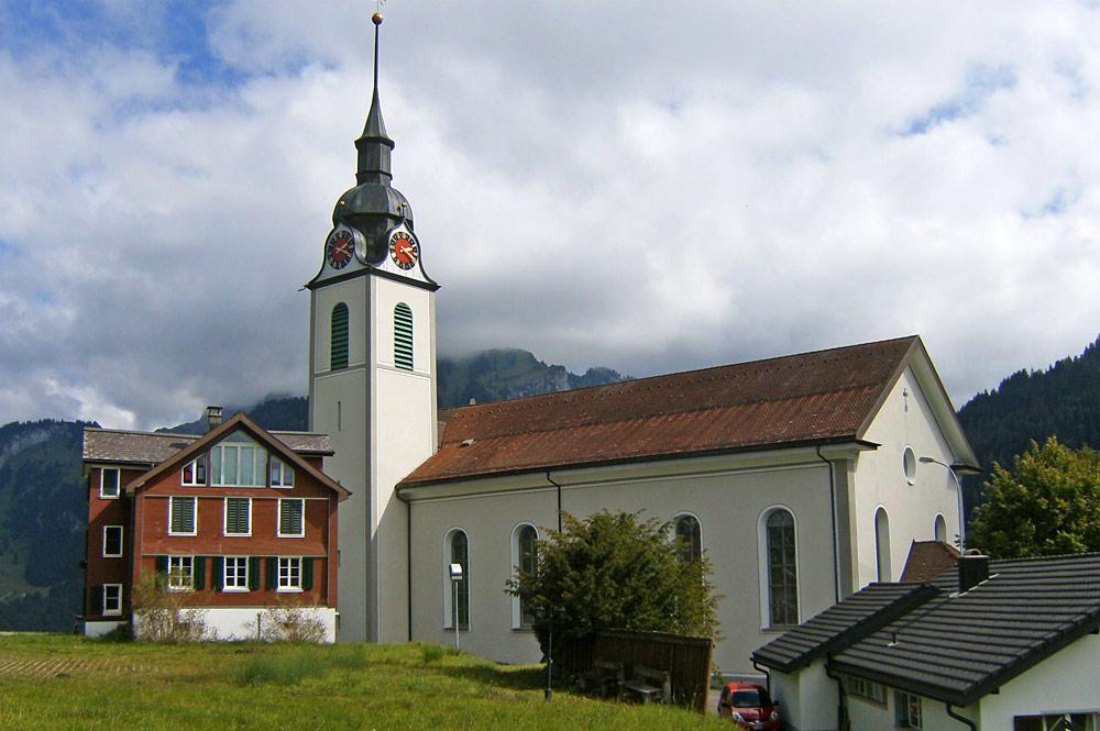 Außenansicht der Pfarrkirche St. Johannes in Oberiberg