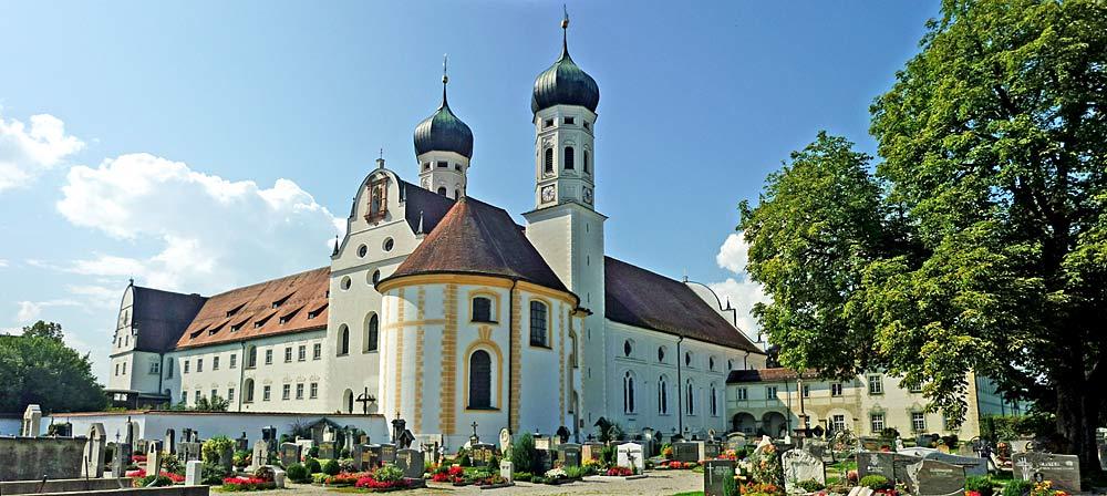 Außenansicht des Klosters und der Klosterkirche Benediktbeuern